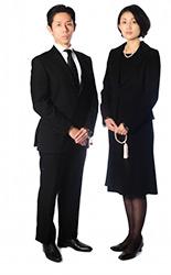 ec46836c61c00 法要に出席する時の服装四十九日や一周忌は、葬儀から時間が経っていないこともあり、基本的に喪服に近い服装で参列します。男性は黒いネクタイ・靴下に白いシャツ、  ...
